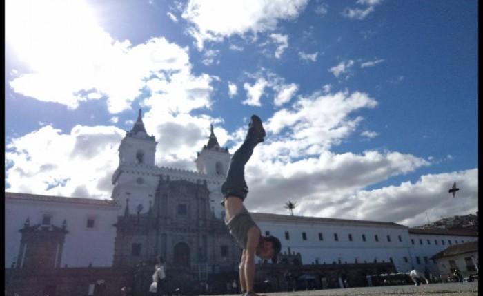 Parado de cabeza en la plaza san fransisco, Quito (arbre droit des familles)