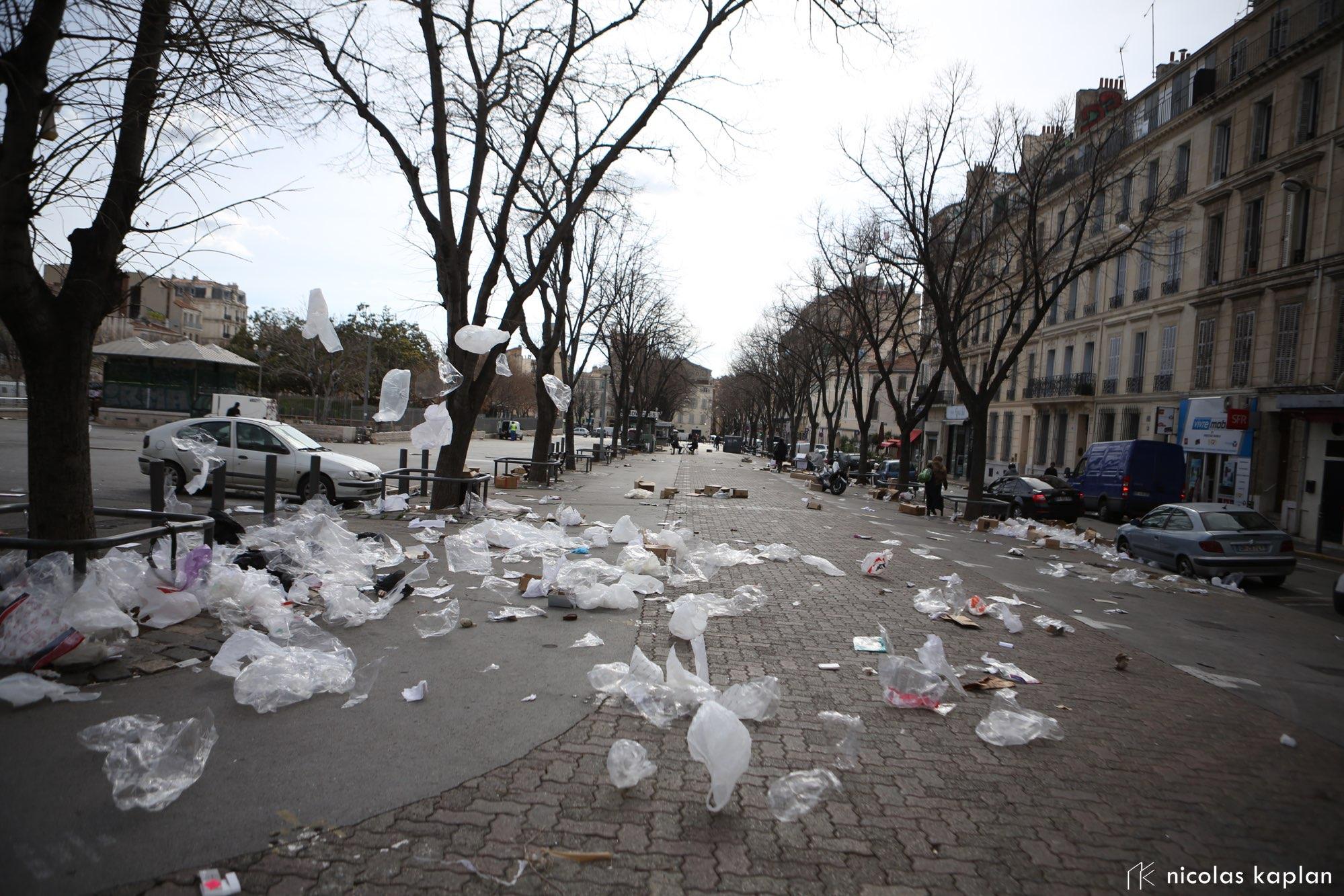 Les sacs plastiques qui volent à la fin du marché